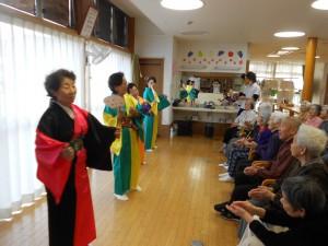 下田商工会女性部踊り慰問「しなやかですてきですね」