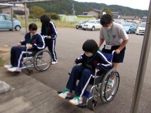 下田中学体験「なかなか操作が難しい…」