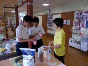 下田中学職場体験「とろみ食体験中です!」